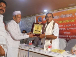 magan_mehta_receiving_award_for_social_contribution
