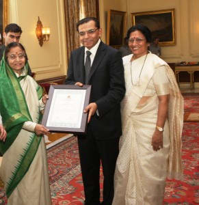 subhash_runwal_chanda_runwal_receiving_award_from_president_pratibha_patil